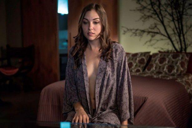 元ポルノ女優、サーシャ・グレイの、見えそうで見えない胸元に大興奮!?