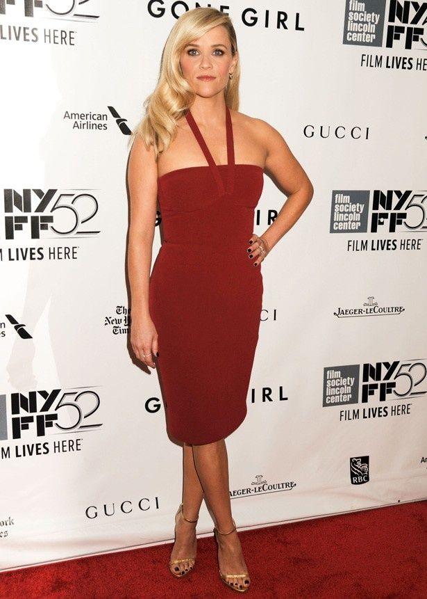 出演していないのに真っ赤なドレスで目立つリース