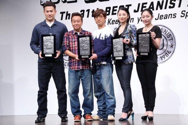 「ベストジーニスト2014」受賞者の(左から)田中将大投手、さまぁ~ず(三村マサカズ・大竹一樹)、小池栄子、安藤美姫