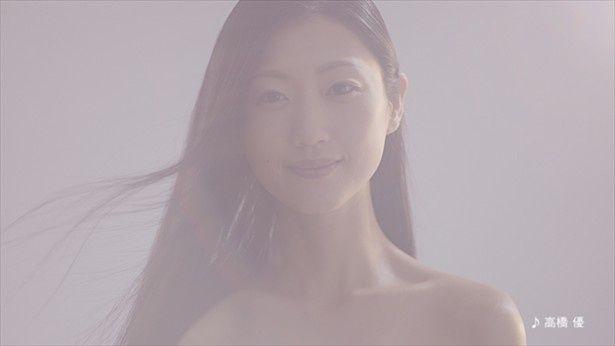 幻想的な光が射す中、壇蜜が衣装チェンジを披露する「あきたこまち」の新CM