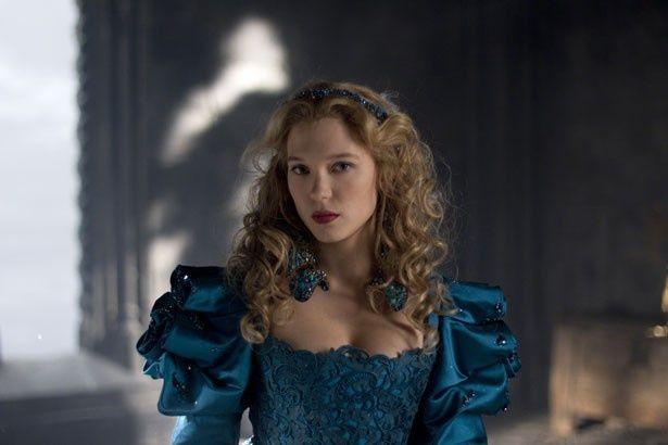 青のドレスを身にまとったレア・セドゥ演じるベル。大人っぽい雰囲気に魅了させられる!
