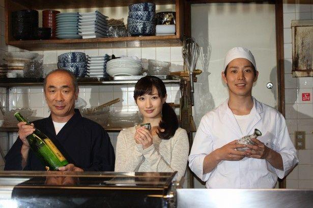 BSジャパンのドラマ「ワカコ酒」制作発表記者会に登場した(左から)野添義弘、武田梨奈、鎌苅健太