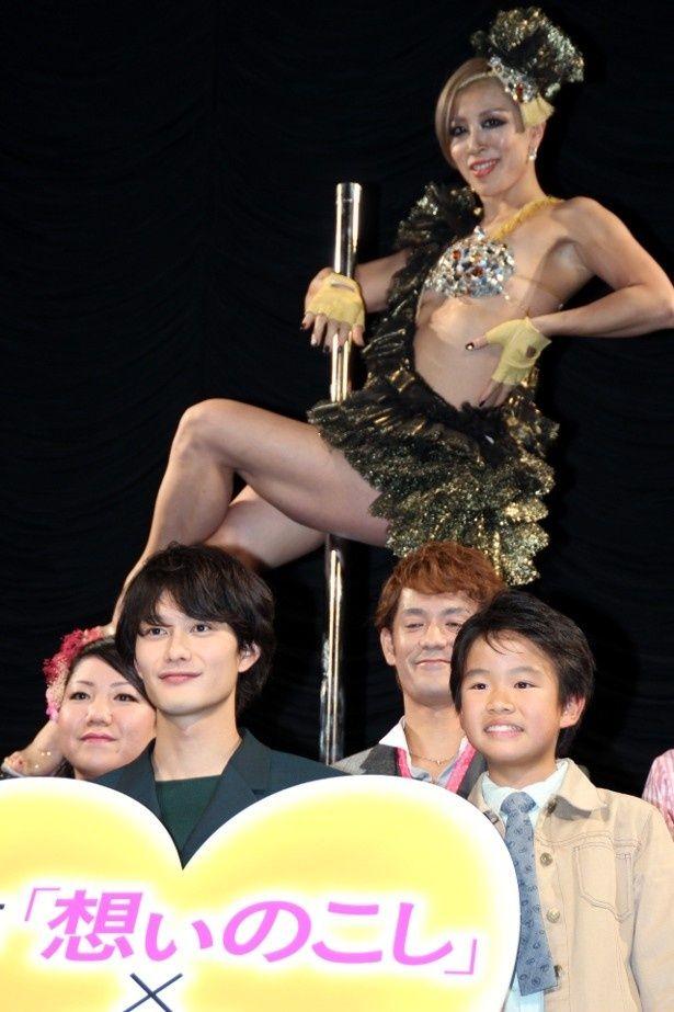 岡田将生、ポールダンサーたちとイベントに登壇