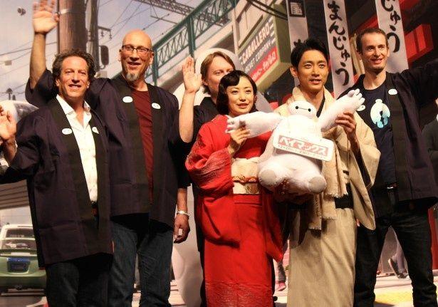 菅野美穂と小泉孝太郎、『ベイマックス』製作陣を着物姿でお出迎え!