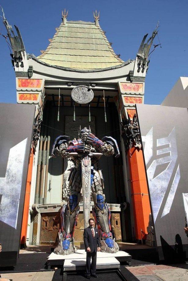 チャイニーズシアターに突如出現した高さ8メートルのオプティマス・プライムにファンは熱狂!