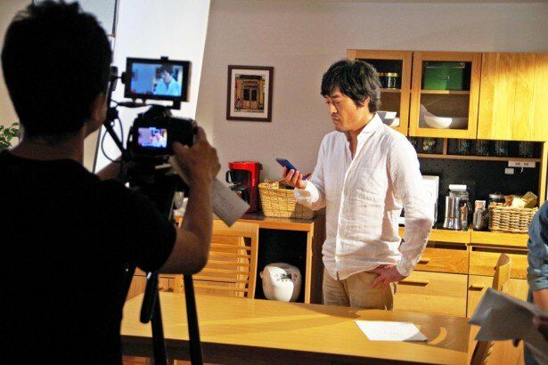 アニメ「クレヨンしんちゃん」シリーズ初の実写CMが完成。主人公・しんのすけの父・ひろしを演じる声優の藤原啓治が出演する