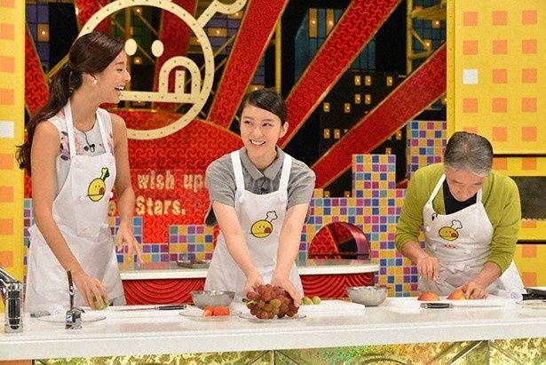 「新チューボーですよ!」に武井咲(写真中央)が登場。堺正章(写真右)、すみれ(写真左)と「フルーツロールケーキ」作りに挑戦!