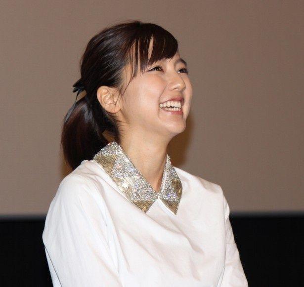 キュートな笑顔を見せた真野恵里菜