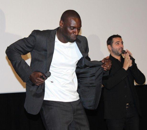 【写真を見る】『最強のふたり』で大人気となったオマール・シーが来日!サンバをノリノリで踊った