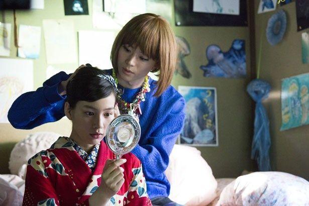 ファッションが大好きな女装男子、蔵之介を演じる菅田将暉。月海(能年玲奈)を美しく変身!
