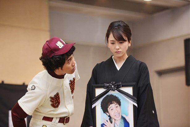 大泉と新垣が演じるのは、交通事故で死んでしまった落語家と残された彼の妻