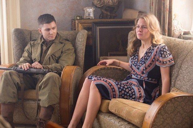 【写真を見る】アリシアはローガン・ラーマン扮する新兵と恋に落ちる