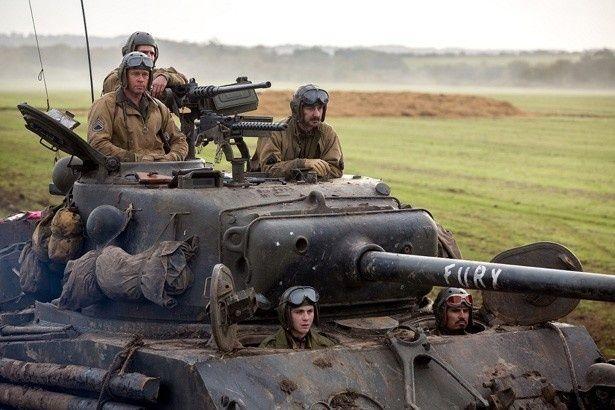 """戦車小隊の5人が""""フューリー""""に乗り込む"""