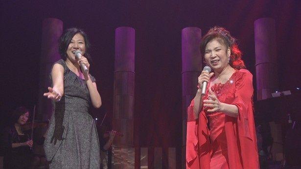 11月8日(土)、NHK総合で放送される「公開復興サポート 明日へ in日立」で「おんな港町」を歌う畠山美由紀、八代亜紀(写真左から)