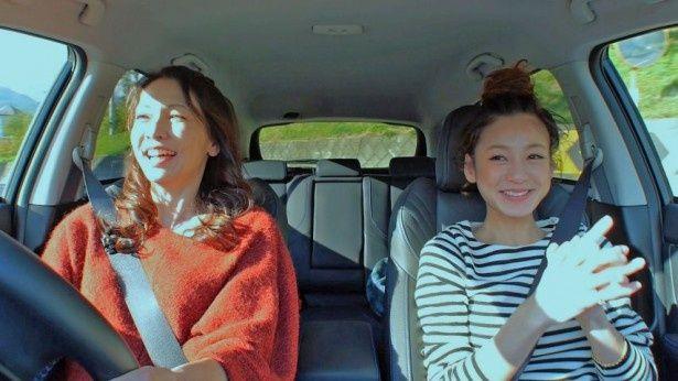 「恋するドライブ」(BS朝日)で結婚前の心境を明かす西山茉希(写真右。写真左は渡辺真理)