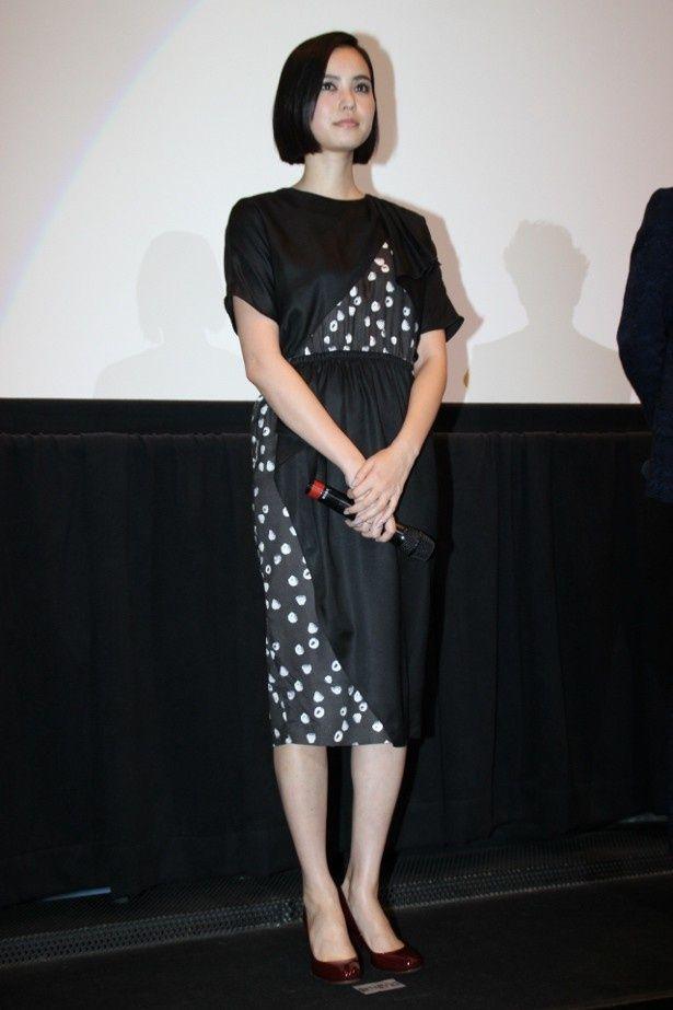【写真を見る】期待の新鋭美人女優・比留川游は水玉の黒のワンピースで美脚を披露