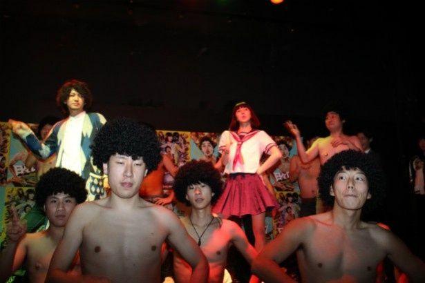 69人の裸アフロ男とまなこのダンスパフォーマンスがシュールだった