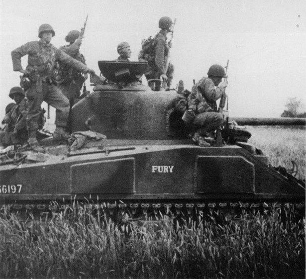 """これが実際の""""フューリー""""号の写真。米軍兵士たちによって""""フューリー""""とペイントされている"""