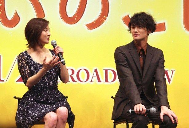 「こんな岡田さんは見たことなかったので、新境地なんじゃないかな」と話す広末涼子(写真左から)