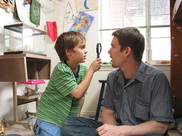 撮影スタートから2年目のメイソン(エラー・コルトレーン)と父親役のイーサン・ホーク