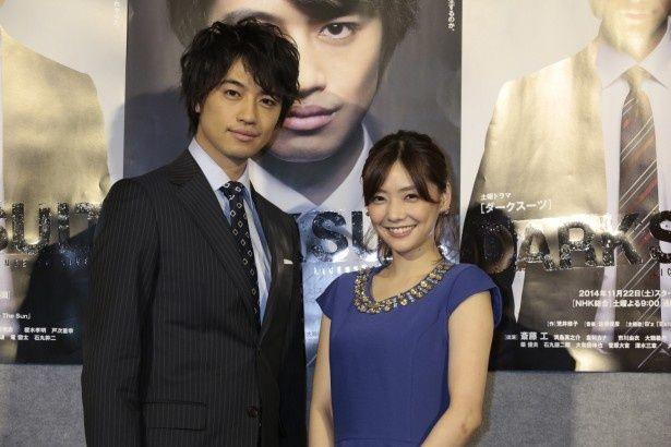 会見に登場した斎藤工(写真左)と倉科カナ(右)