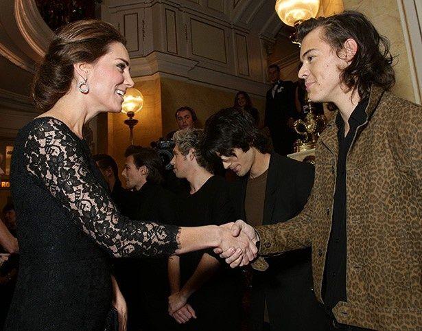 【写真を見る】キャサリン妃と握手するハリー・スタイルズ