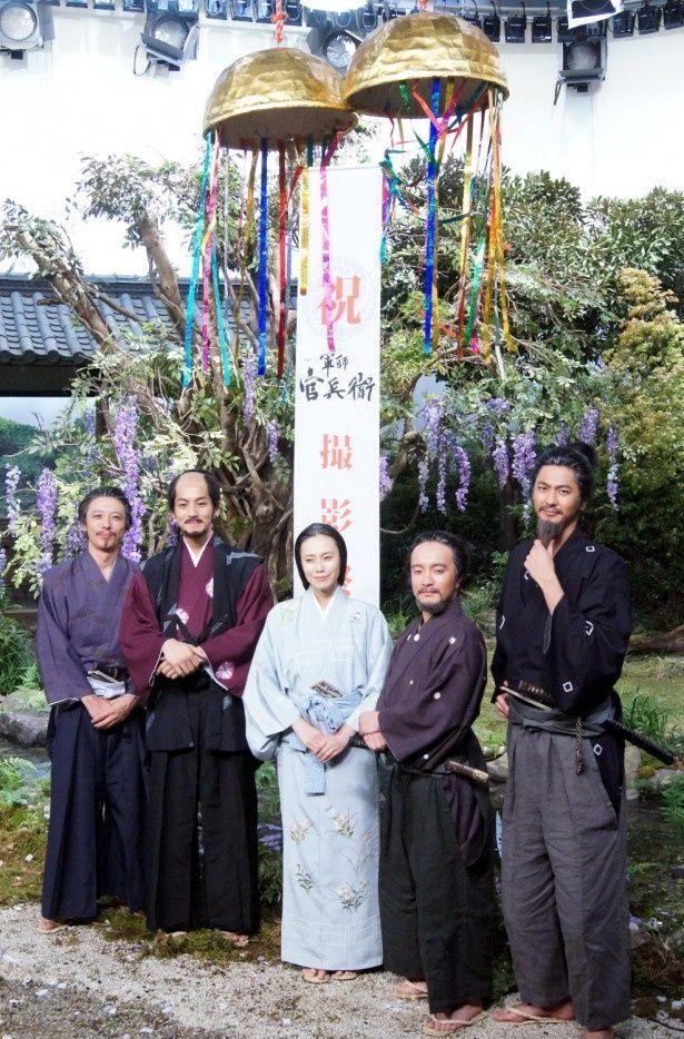 9月に行われたクランクアップ会見時の模様。高橋一生、松坂桃李、中谷美紀、濱田岳、速水もこみち(写真左から)