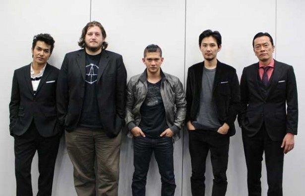 【写真を見る】左から北村一輝、ギャレス・エヴァンス(監督)、イコ・ウワイス、松田龍平、遠藤憲一