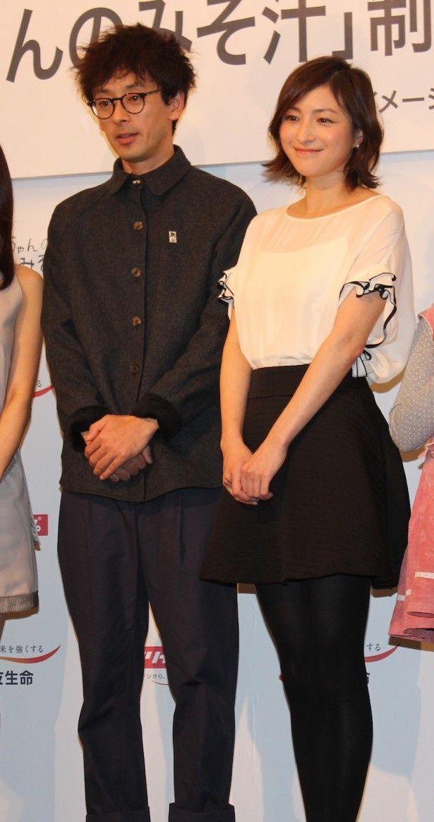 【写真を見る】夫婦役を演じる広末涼子と滝藤賢一。広末は黒のミニスカート姿で登場