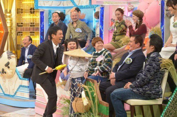 12月19日(金)放送の「明石家さんまのコンプレッくすっ杯 3時間SP」で、田舎ならではのエピソードに大爆笑する明石家さんま(最前列)