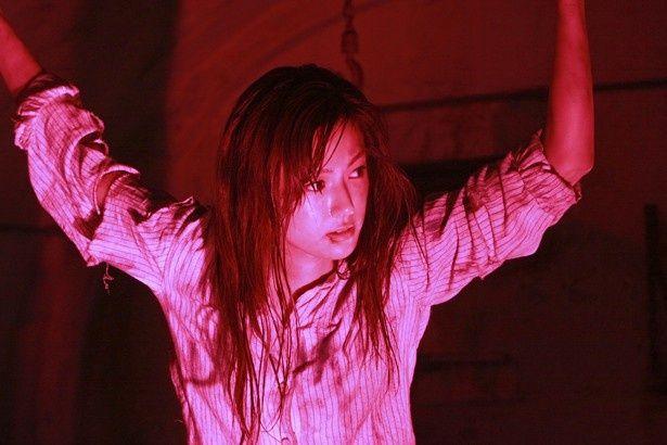 謎の女・リンを演じる深田恭子。敵に捕らえられ、ムチでめった打ちにされ窮地に!