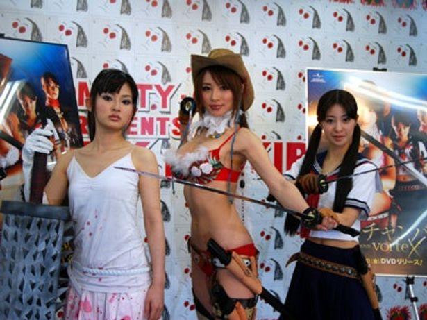 左から井村空美、手島優、緒沢あかり。彼女らの繰り出す迫力の殺陣は必見!