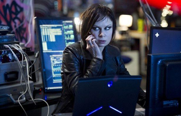 ロンドンでハッカーとして活動するクロエ。ビジュアルが激変!