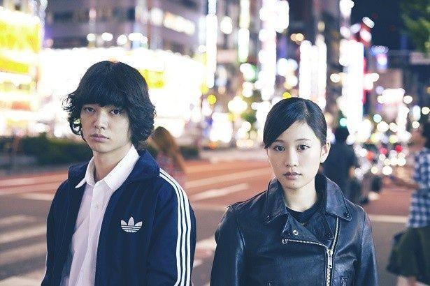 互いに理想を追い求めるが故にすれ違うカップルを演じる染谷将太と前田敦子(左から)