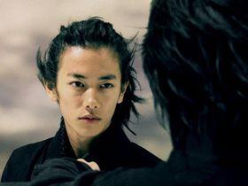 佐藤健が謎の黒装束姿でスーパー忍者に変身