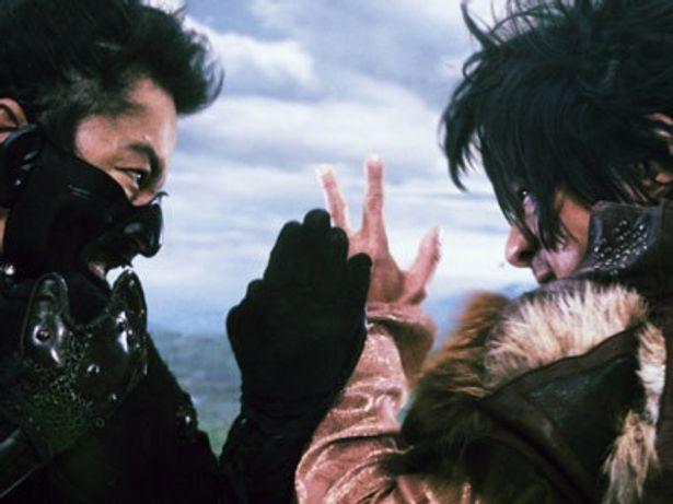 成長した才蔵(左:大沢たかお)と五右衛門(右:江口洋介)