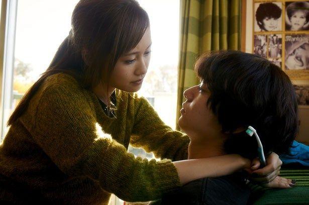 前田敦子が恥じらいながら恋人に迫るなど、大胆なシーンに挑戦!