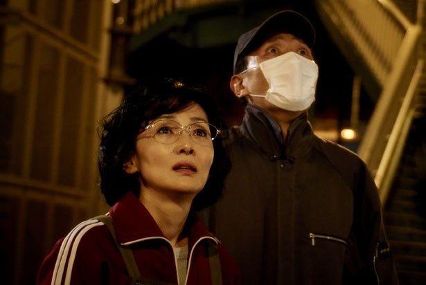 時効を明日に迎えた逃亡犯の里美(南果歩)と康夫(松重豊)。里美はホテルの清掃人として働いている