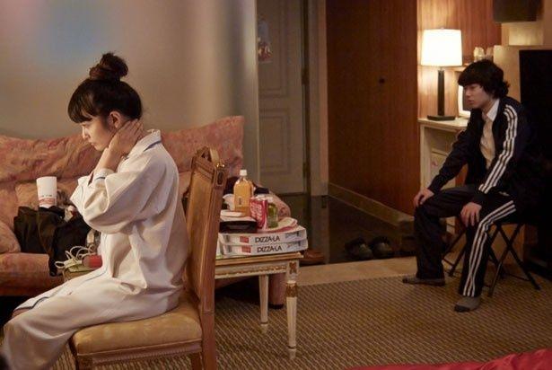 徹は、金のためにAVの仕事をしている妹の美優(樋井明日香)とホテルで遭遇