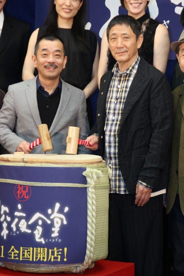『深夜食堂』の完成披露イベントに登壇した小林薫と松岡錠司監督
