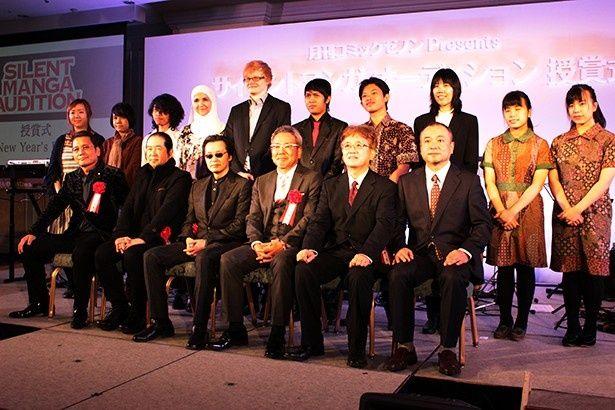 世界マンガオーディション受賞者(後列)と北条司(写真前列左から3番目)や原哲夫(写真前列左)ら関係者が並んで記念撮影が行われた