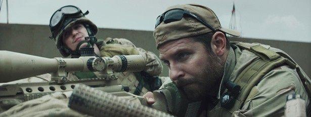 米軍史上最強と謳われた伝説のスナイパー、クリス・カイルを演じるのはブラッドリー・クーパー
