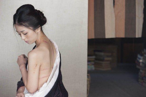 祥子演じるえつこの体には、亭主との虐待ともいえるSMプレイによって無数の傷が