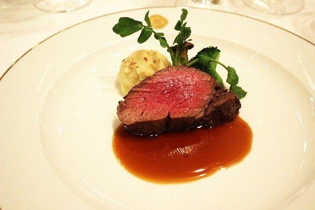 ハーブなどの香りが食欲をそそる「国産牛フィレ肉の岩塩パイ包み焼き アンクルート」