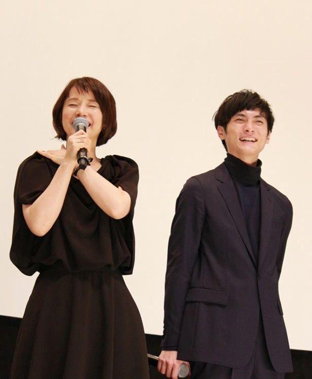 【写真を見る】壇上で笑い合う高良健吾と石田ゆり子