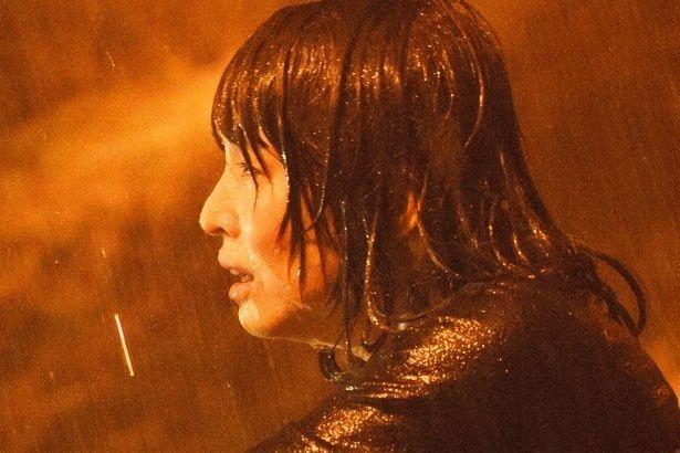 夫を殺した罪に苛まれ続ける女・倖世役に扮した石田ゆり子