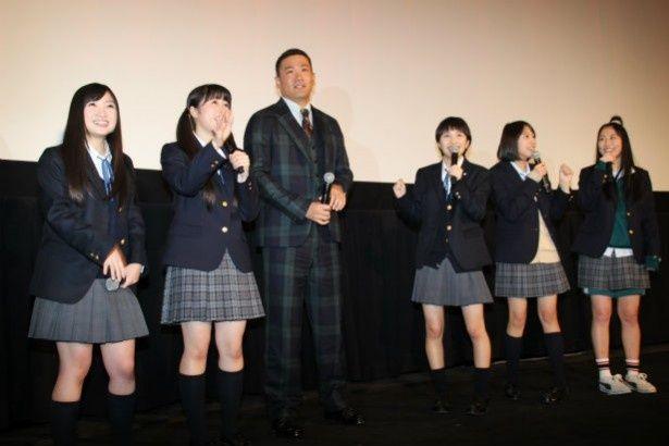 【写真を見る】田中将大投手の登場に驚く、ももクロのメンバーたち