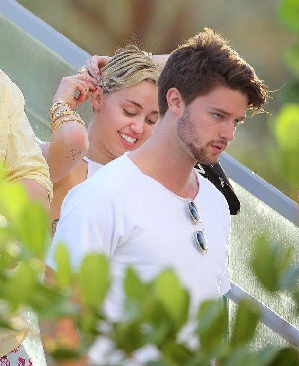 マイリーは恋人のパトリック・シュワルツェネッガーとハワイ旅行を楽しんでいるという
