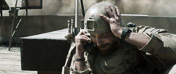激戦地から愛する妻へ電話をするブラッドリー・クーパー扮するクリス・カイル