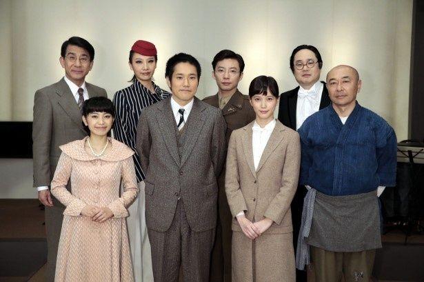 会見に登場した(前列左から)miwa、松山ケンイチ、本田翼、高橋克実、(後列左から)小林隆、大空祐飛、星野源、六角精児